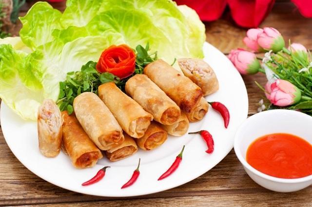 Nem chay rán ăn kèm các loại rau sống, dưa leo thái lát và nước mắm chua ngọt