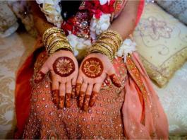 Trên đôi bàn tay của cô dâu trong ngày cưới ở Ấn Độ, sẽ được vẽ henna một cách cầu kỳ